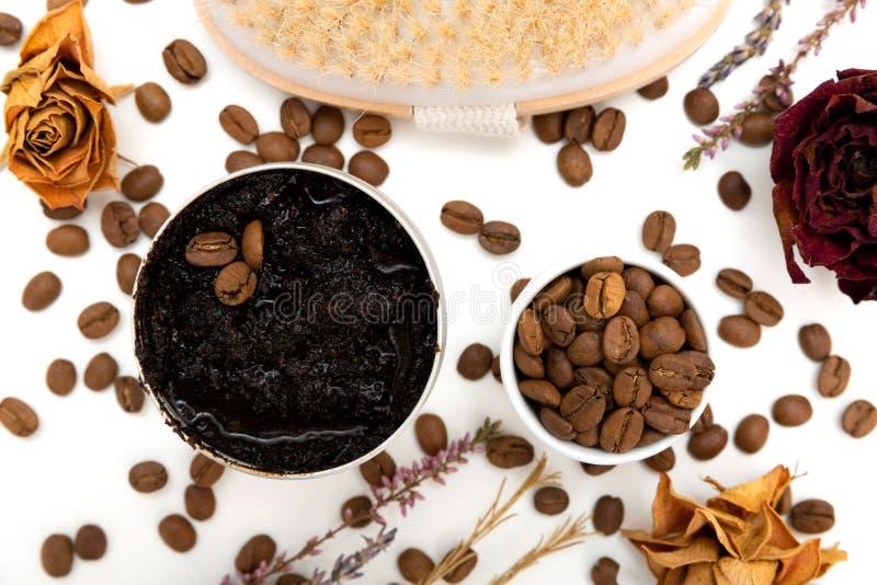 芳香植物的化妆用品 干草本花混合物,芳香自创洗刷浆糊由咖啡渣和油被做 免版税图库摄影