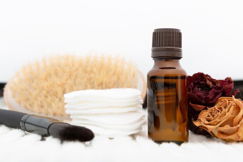 芳香植物的化妆用品 干草本花混合物,身体刷子,油 全部草本DIY skincare秀丽文丐 库存照片