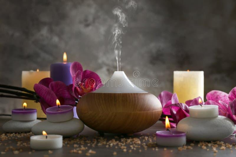 芳香油分散器、蜡烛和花 库存照片