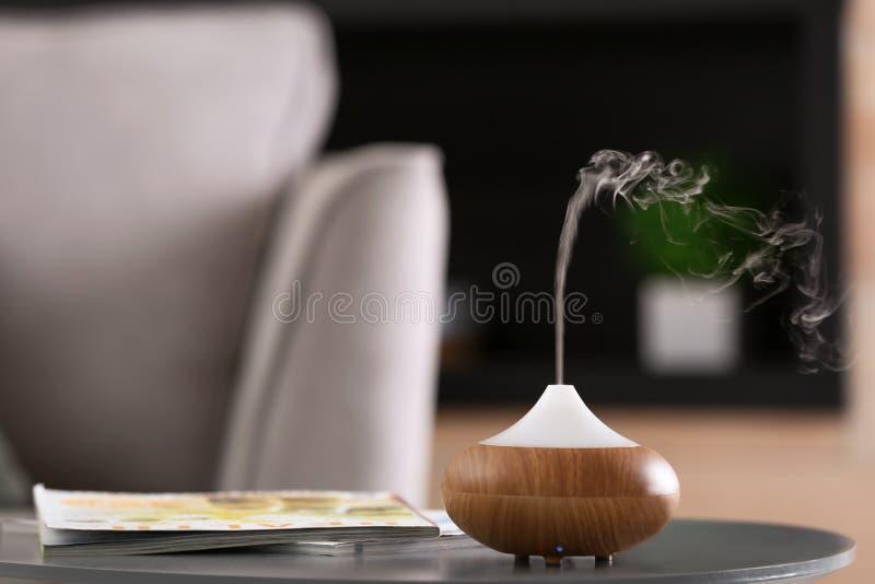 芳香油在桌的分散器灯 免版税库存照片
