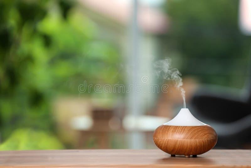 芳香油在桌的分散器灯 免版税库存图片