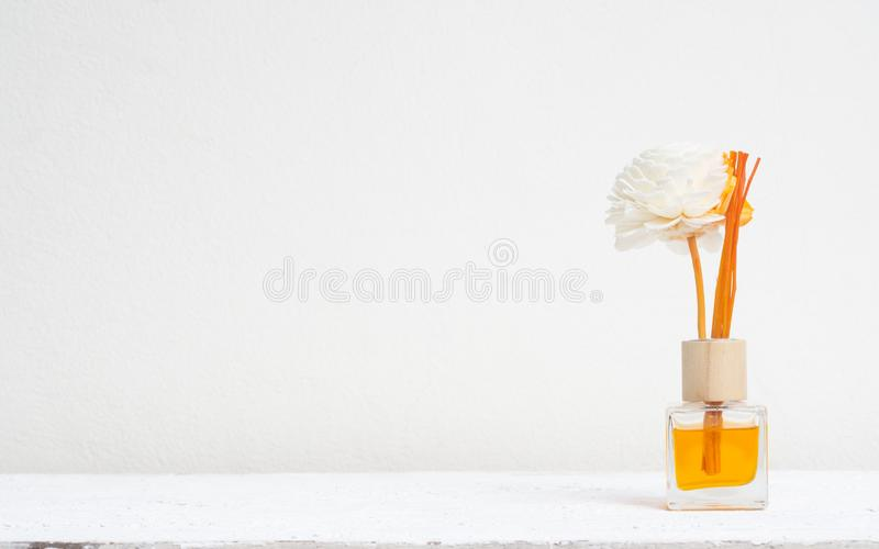 芳香芦苇清凉剂、芬芳分散器套瓶用芳香棍子& x28;芦苇diffusers& x29;在白色墙壁背景 免版税库存照片