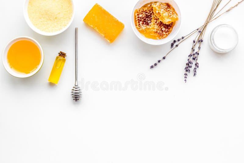 芳香theraphy和娇嫩的皮肤关心 根据在白色背景顶视图拷贝空间的蜂蜜的温泉集合 免版税图库摄影