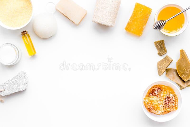 芳香theraphy和娇嫩的皮肤关心 根据在白色背景顶视图拷贝空间的蜂蜜的温泉集合 库存图片