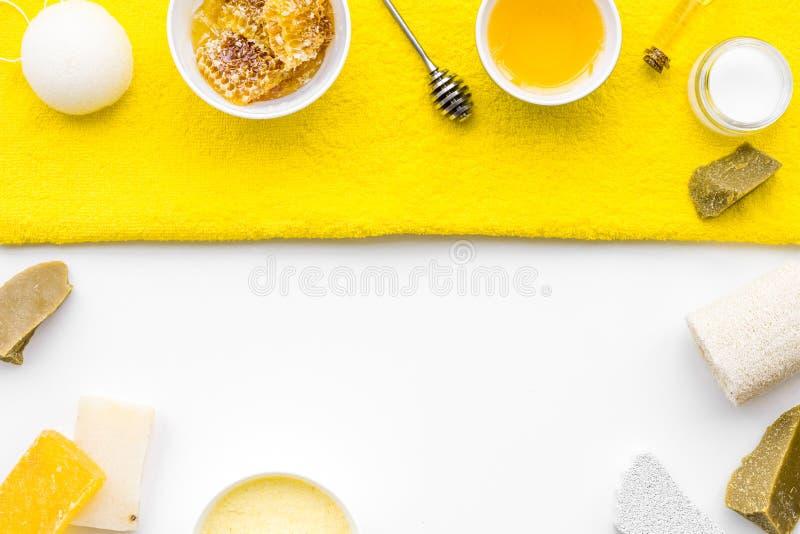 芳香theraphy和娇嫩的皮肤关心 根据在白色背景顶视图拷贝空间的蜂蜜的温泉集合 免版税库存照片