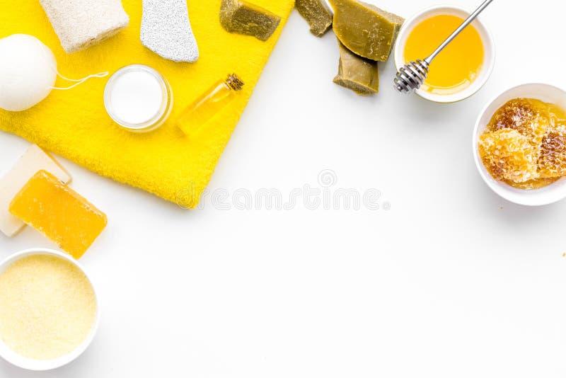 芳香theraphy和娇嫩的皮肤关心 根据在白色背景顶视图拷贝空间的蜂蜜的温泉集合 免版税库存图片