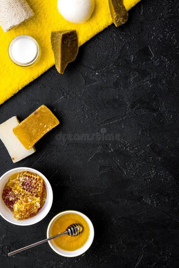 芳香theraphy和娇嫩的皮肤关心 根据在黑背景顶视图空间的蜂蜜的温泉集合文本的 库存照片
