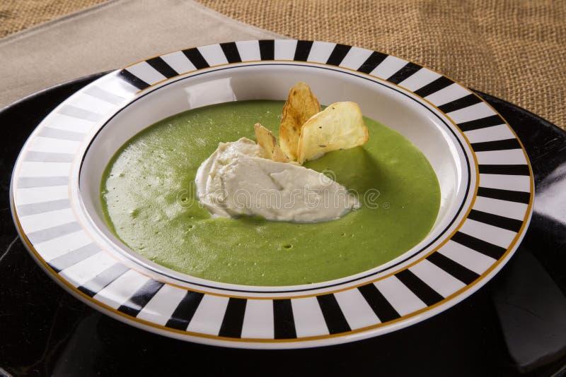 水芹汤用戈贡佐拉乳酪和酥脆土豆 库存图片
