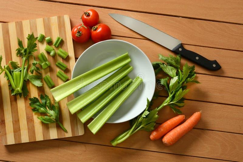 芹菜、红萝卜和蕃茄与此外刀子 库存图片