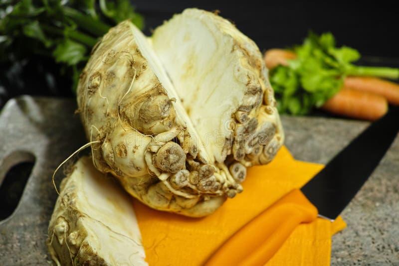 芹菜根-楔子粗根芹菜,维生素,新鲜健康的来源 免版税库存图片