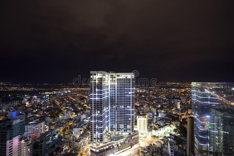 芽庄市市的夜都市风景,从屋顶的越南 免版税库存图片