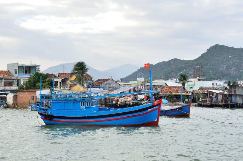 芽庄市,越南, 2015年1月, 18日 河的Kai小船近的渔村在芽庄市在晚上 免版税库存照片