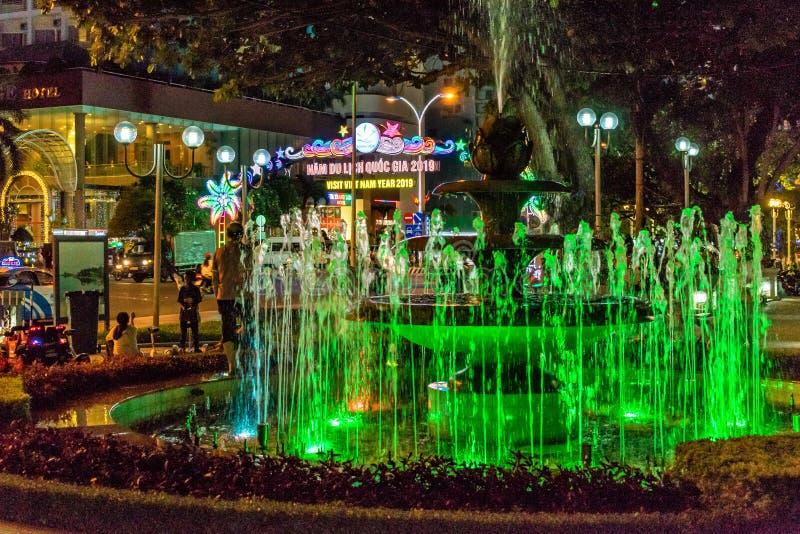 芽庄市,越南- 2019年4月11日:绿色喷泉在路附近的公园在芽庄市 免版税库存图片