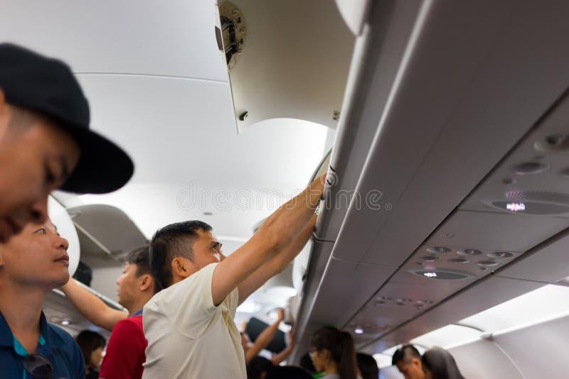 芽庄市,越南- 2016年7月31日:采取从客舱的航空器乘客行李在飞机以后在Noi Bai机场登陆了 库存图片