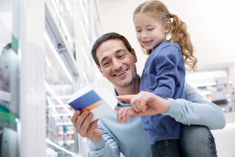 苍劲的热心人和女孩读书题字 免版税库存图片