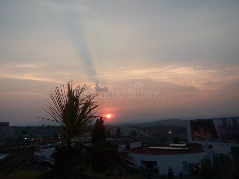 苍白日落和城市视图 库存照片
