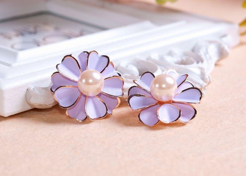 苍白紫色雏菊耳环 免版税图库摄影