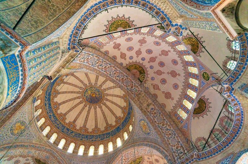 苏丹阿哈迈德清真寺,蓝色清真寺教堂中殿的拱形屋顶  库存照片