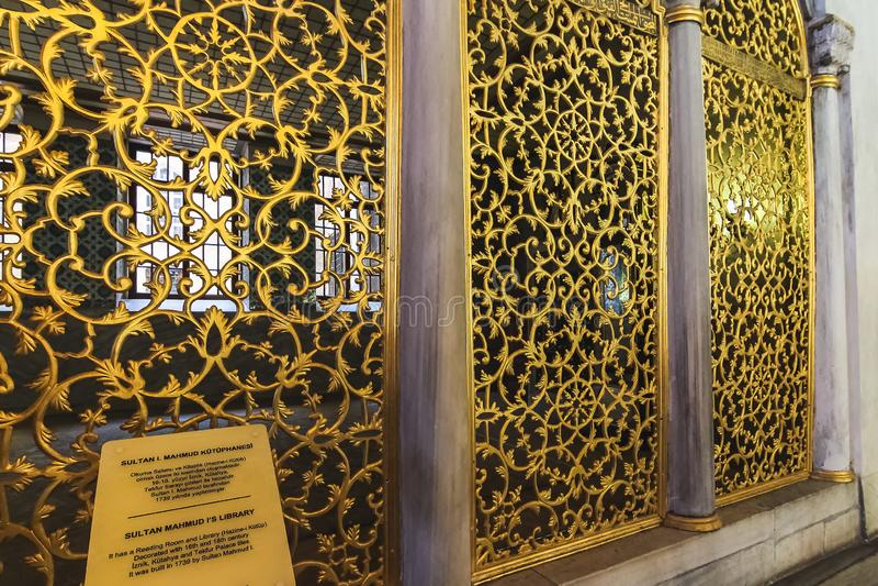 苏丹马哈茂德一世的图书馆古铜色栅格在圣索非亚大教堂,装饰用花和分支卷积 免版税库存图片