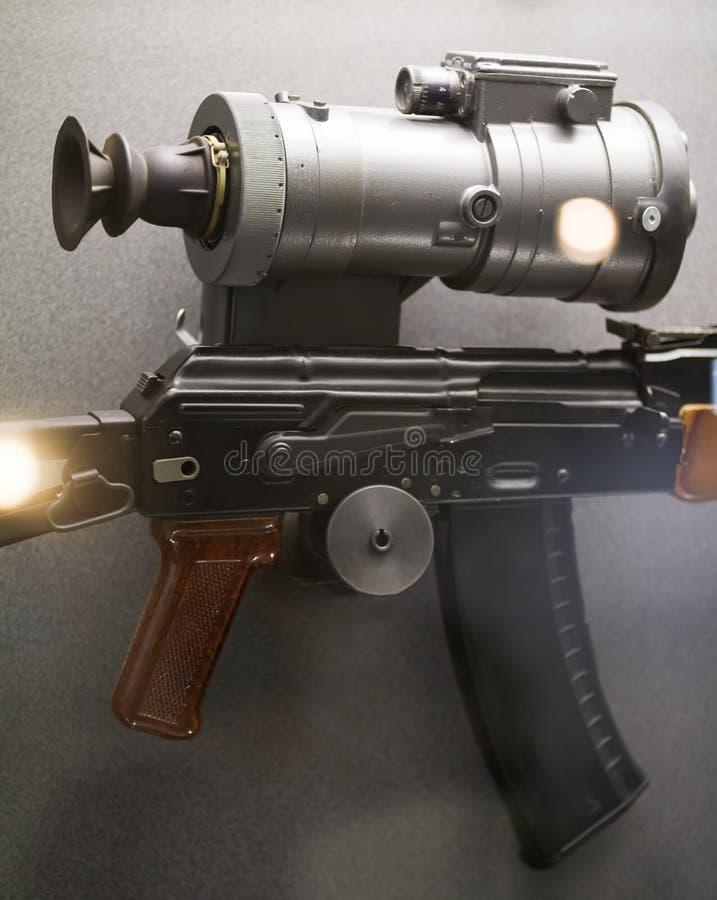 苏俄武器-有夜视视域的自动步枪 免版税图库摄影