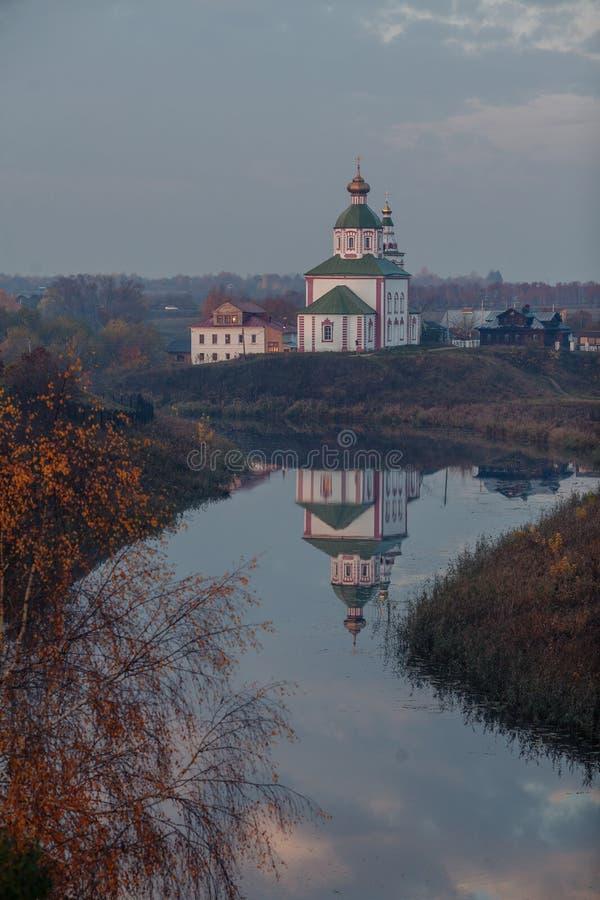 苏兹达尔,弗拉基米尔州,俄罗斯 日出的St伊莱贾教会 Autimn在苏兹达尔 免版税库存照片