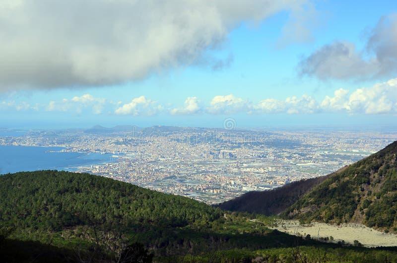 从维苏威火山的看法到那不勒斯市在意大利 免版税图库摄影