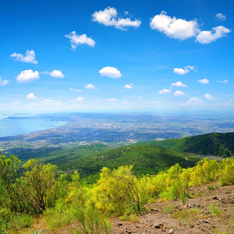 从维苏威火山的顶端看法在市那不勒斯 库存照片