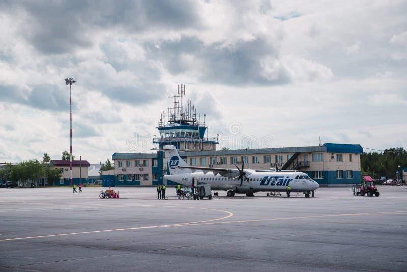 苏尔古特,俄罗斯- 2017年6月27日:在苏尔古特机场跑道的飞机  免版税库存图片