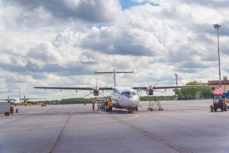 苏尔古特,俄罗斯- 2017年6月27日:在苏尔古特机场跑道的飞机  免版税图库摄影