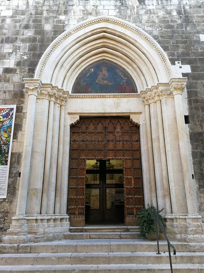 苏尔莫纳-博洛尼亚圣方济各教堂della Scarpa教会的入口  库存图片