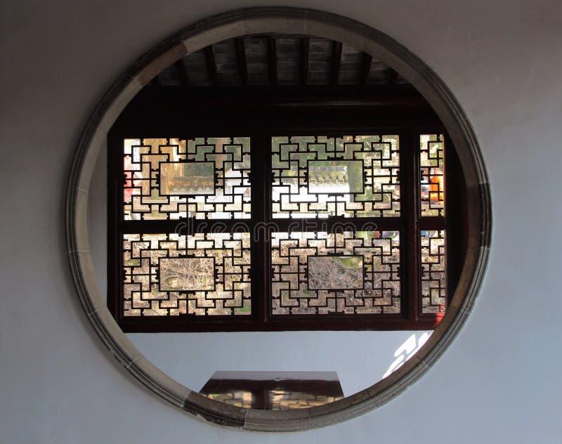 苏州庭院特征,圆的方形的窗口 免版税图库摄影