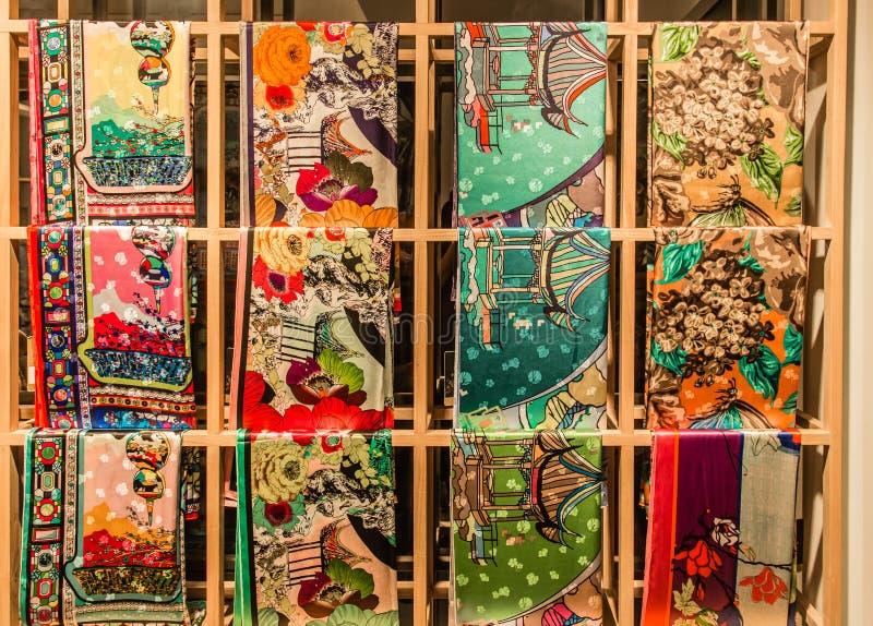 苏州,中国18 2017年8月:中国现代在架子的样式丝绸显示 免版税库存照片