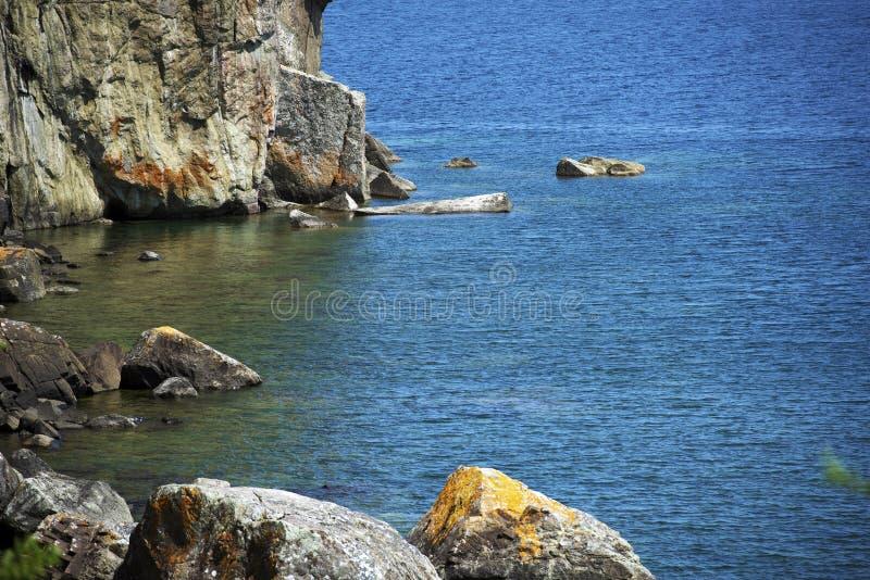 苏必利尔湖畔岩石岸 免版税库存图片