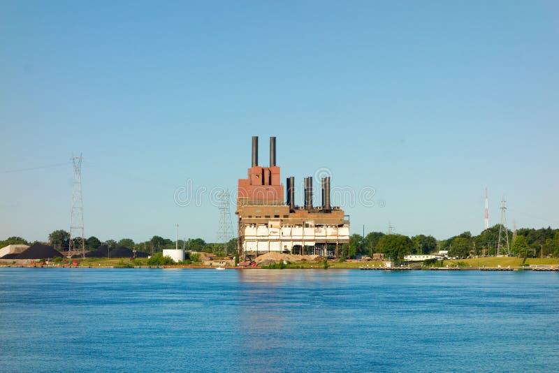 苏必利尔湖畔的一个老能源厂 免版税库存图片