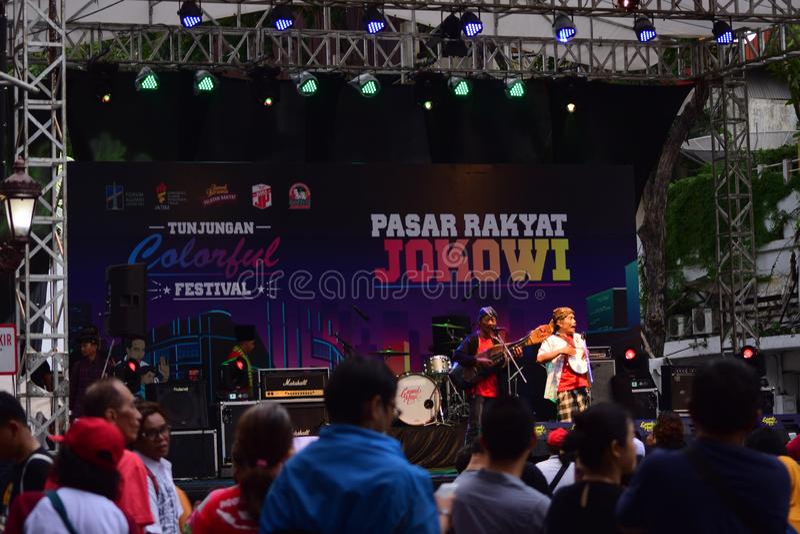 苏拉巴亚,印度尼西亚2019年3月23日 Tunjungan街道成为的汽车自由为总统竞选 食物义卖市场节日开放一天 库存图片