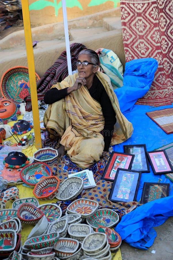 苏拉昆德,法里达巴德,印度哈里亚纳邦 — 2020年2月14日–34日苏拉昆德,销售印度传统物品的老妇人 库存照片
