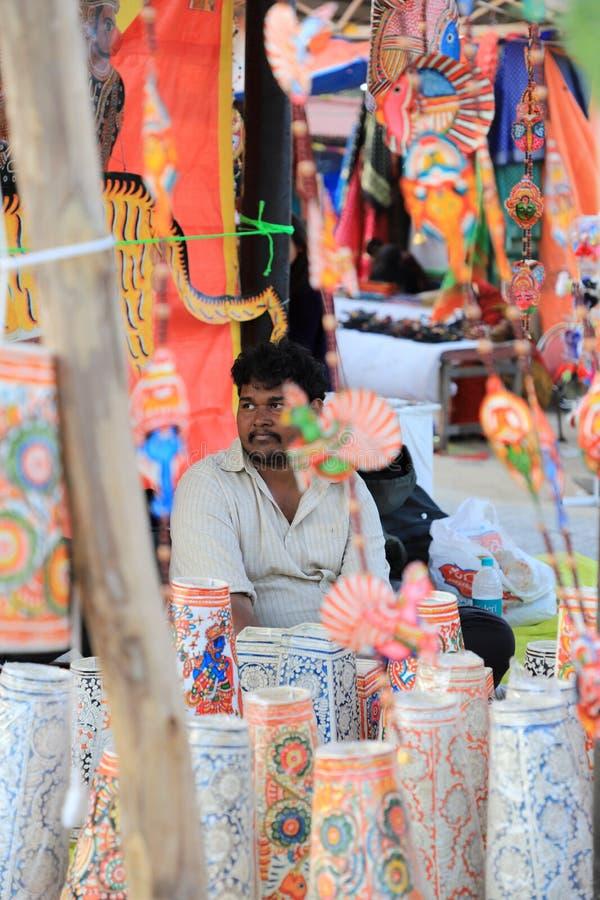苏拉昆德,法里达巴德,印度哈里亚纳邦 — 2020年2月14日 — 第34届苏拉昆德国际工艺品展上卖纸物品 库存图片