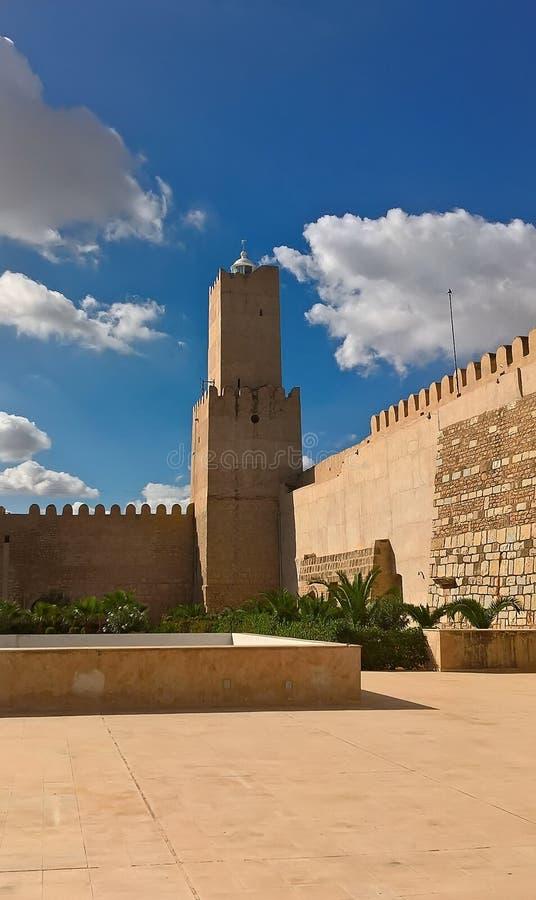 苏斯考古学博物馆  古老阿拉伯堡垒在突尼斯 从里边墙壁和塔的看法 图库摄影