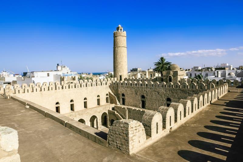 从苏斯Ribat堡垒的墙壁的看法在Tunisi 图库摄影