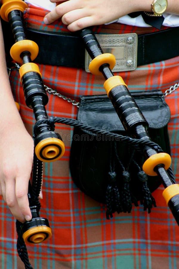 苏格兰男用短裙用管道输送苏格兰人 免版税图库摄影