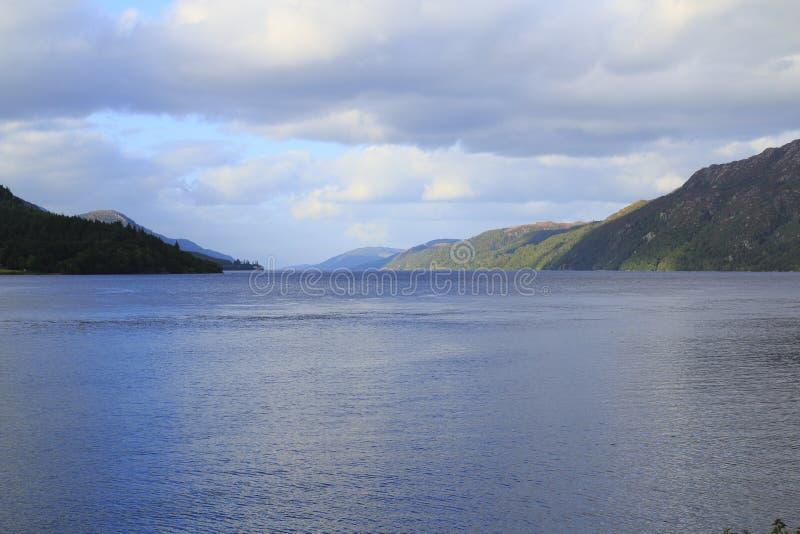 苏格兰的高地的尼斯湖有堡垒的奥古斯都与山 免版税图库摄影