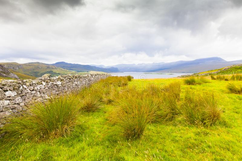苏格兰荒地和湖在因弗内斯郊外在夏天 库存图片