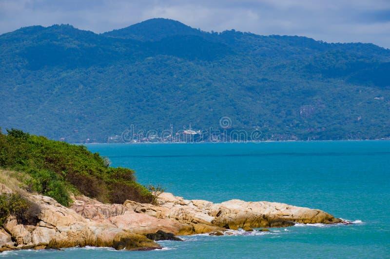 苏梅岛海洋海岸,多岩石的海滩 库存照片