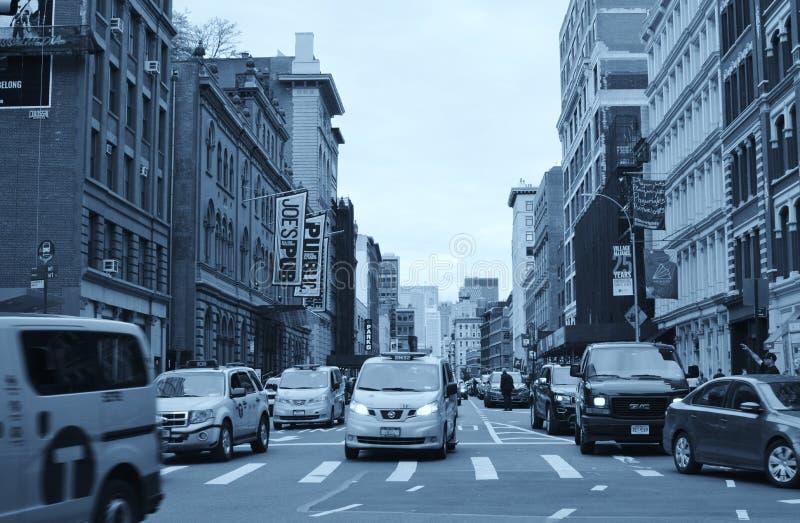 苏活区纽约街拥挤了繁忙的交通和人 库存照片