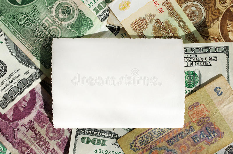 从苏联卢布和一百美元钞票的背景与一张空的照片 库存图片