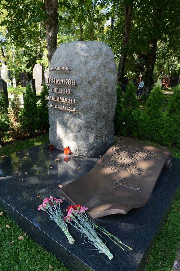 苏联和俄国政治和公众人物叶夫根尼・马克西莫维奇・普里马科夫的坟茔Novodevichye公墓的 免版税库存照片