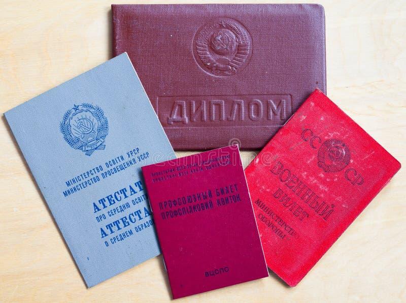苏联文件:文凭、军事ID、中学毕业证书和工会票 库存图片