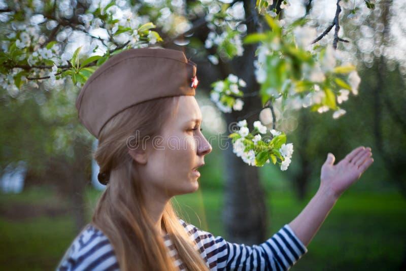 苏联盖帽的女孩在胜利的那天 免版税库存照片