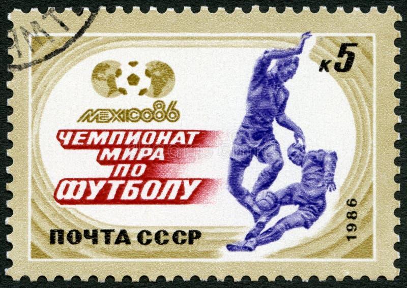 苏联- 1986年:展示显示足球运动员,足球戏剧,世界杯足球赛冠军墨西哥 免版税库存图片