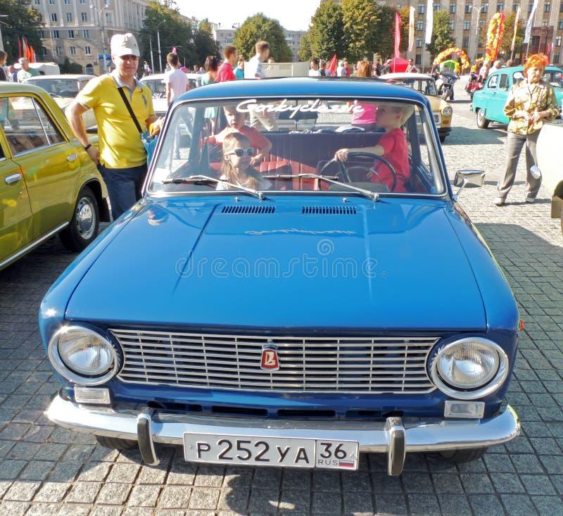 苏联retrocar VAZ-2101的基本的年龄孩子 库存图片